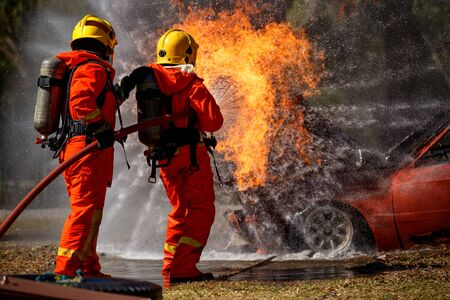 Firefighters are fighting fire with a  fire brigade 免版税图像 - 94792620