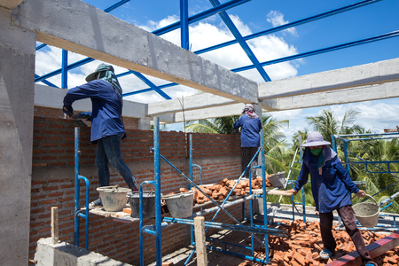 Construction workers are making brick  walls of the building 免版税图像 - 110598487