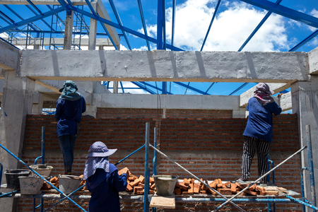 Construction workers are making brick  walls of the building 免版税图像 - 110598489