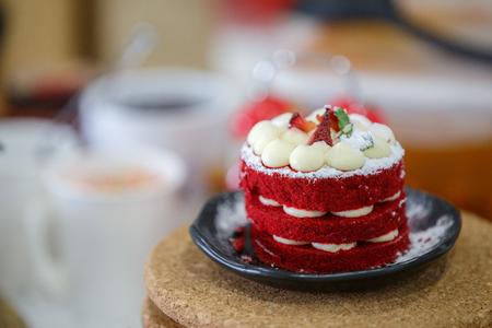 Beautiful Red cake on  black dish 免版税图像 - 110598522
