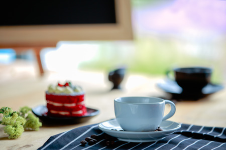 glasses of coffee and red cake  on table 免版税图像 - 110598525