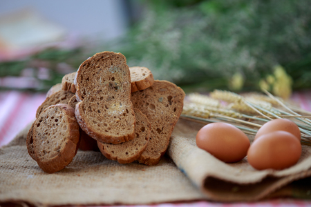 Bread with mold  and aggs on heam sheet 免版税图像 - 110598526