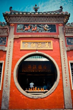 マカオの中央の中国の寺院で神聖なゲート 報道画像