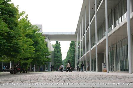 東京, 日本 - 6 月 03日: 日本人学生が歩いて大学でリラックス ゾーンで 2011 年 6 月 3 日東京、日本の大学で。
