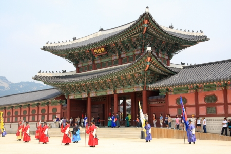 서울, 대한민국 - 2011 년 6 월 26 일 : 서울, 한국 6 월 26 일에 경복궁에서 경비원을 변경하는 식 에디토리얼