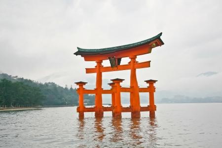 神聖なゲート宮島鳥居諸島ランドマークの広島, 日本 報道画像