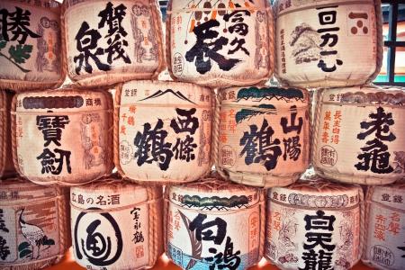 日本アルコール飲み物バレル厳島神社、広島、日本で日本の神社でのスタック