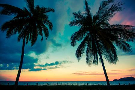 プラチュワップキーリーカン桐クン県、タイのビーチに夕日 写真素材