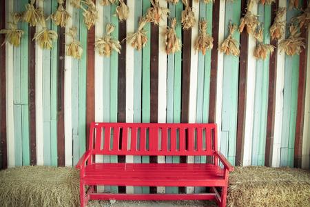 ビンテージ赤の椅子と木の壁
