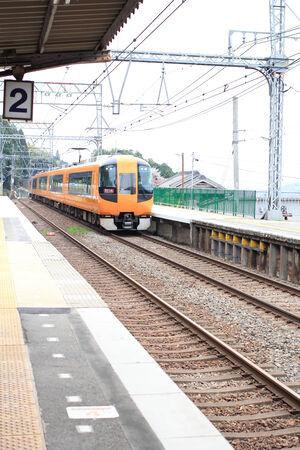 各駅停車 4 月 13 日 - 奈良県は 2014 年 4 月 13 日に日本の奈良市の長谷駅を通過します。 報道画像
