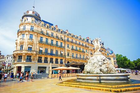 モンペリエ, フランス - 7 月 2 日: アーキテクチャとコメディ広場、モンペリエの 2015 年 7 月 2 日にフランス、モンペリエの噴水。 報道画像