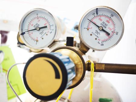 cilindro de gas: Cierre de medidores y la válvula del cilindro de gas nitrógeno en el laboratorio Foto de archivo