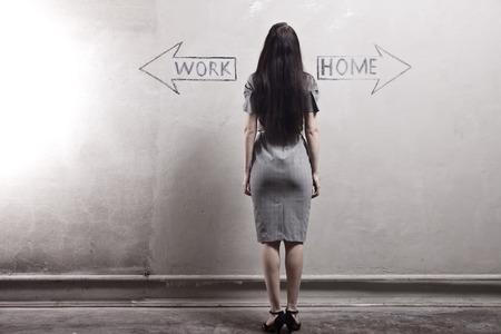 trabajando en casa: joven contra la pared de edad con graffiti. tonificado imagen.