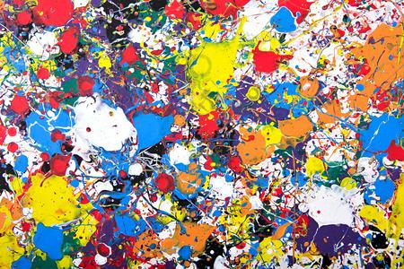 モダンなアクリル画フラグメント。カラフルな虹は、テクスチャをはねかけます。現代美術。スプレー塗料。