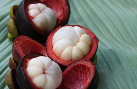 mangostano: Mangostani sul congedo di banana