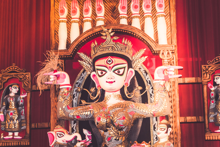 Potrait Of Goddess Durga idol at a South Kolkata famous Durga puja temple (pandal) on Maha Ashtami 報道画像