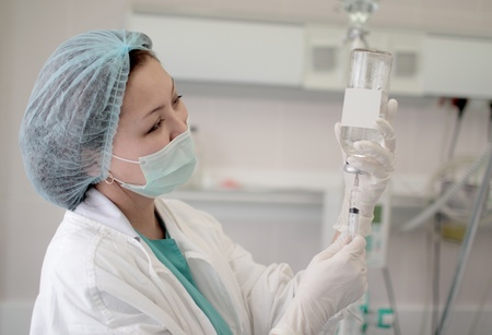 increasingly: Photos of nurses in uniform; the increasingly transparent solution of a glass vial
