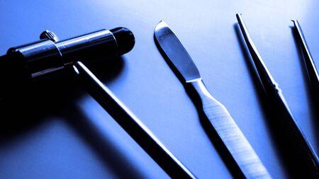 pinzas: de acero bisturí está rodeado de otros instrumentos médicos. Foto blanco y negro estilizado