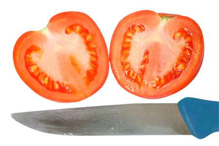 unrequited love: tomate en rodajas en forma de coraz�n y un cuchillo. Asociaci�n con la despedida, el amor no correspondido, la separaci�n, maquinaciones. Aislado sobre fondo blanco Foto de archivo