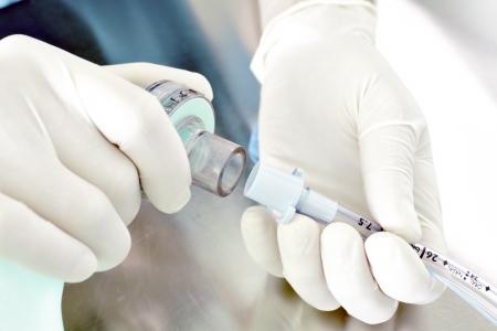 pielęgniarki: pracy sprzętu medycznego łączącej worek Ambu z rurki intubacyjnej Odzwierciedla anestezjologii, ICU Zdjęcie Seryjne