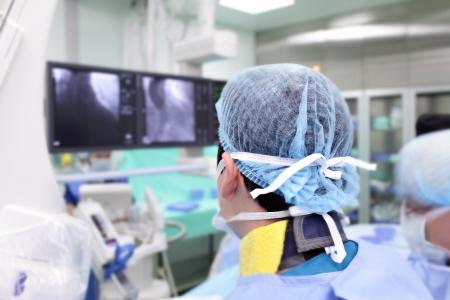 外科醫生在一個特殊的統一在X射線的實驗室工作
