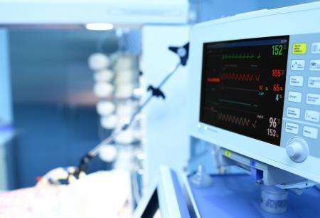 monitoreo: moderno monitor m�dico con el ECG en la cl�nica