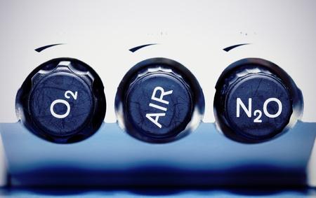 ox�geno: Aire, ox�geno, �xido nitroso - Concepto de gases medicinales Foto de archivo