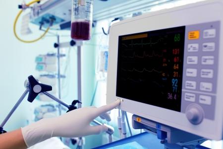 equipos medicos: Doctor en el trabajo con el monitor médico Foto de archivo