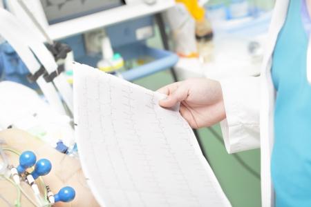 electrocardiograma: Doctor con un electrocardiograma cerca de una enfermedad grave