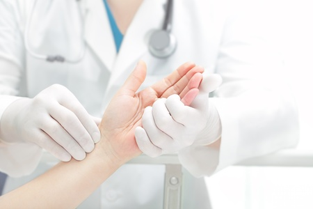 enfermera con paciente: Manos de la paciente y el m�dico Foto de archivo