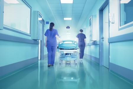 enfermeros: Las luces brillantes en el extremo del pasillo del hospital El concepto de vida y muerte