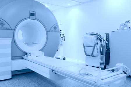 habitación con máquina de resonancia magnética