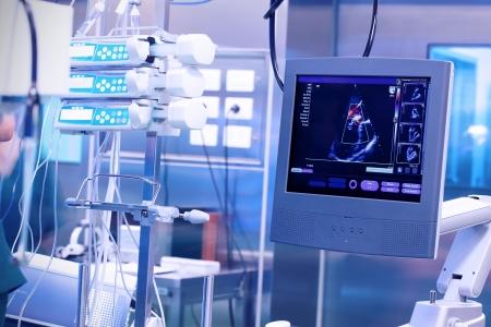 Máquina del ultrasonido en un laboratorio operativo moderno