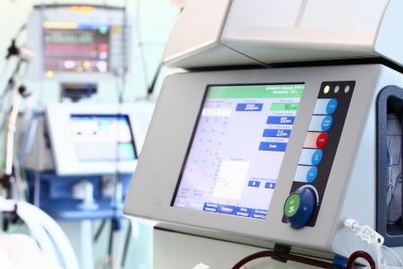 equipos medicos: Equipo en el servicio de la medicina. El dispositivo moderno para hemodiálisis. Foto de archivo