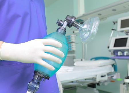 reanimować: Lekarz z worka oddechowego w szpitalu