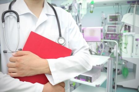 Medico con un libro in terapia intensiva Archivio Fotografico - 23892022