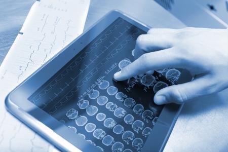 現代技術和醫生 版權商用圖片 - 24912450