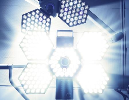 수술 램프의 빛 눈부신. 수술 전 환자의 공포 스톡 콘텐츠