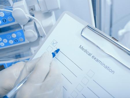 Visita medica. Medico con una lista di controllo su appunti nella clinica