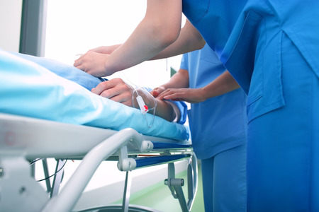 護士和醫生協助病人 版權商用圖片