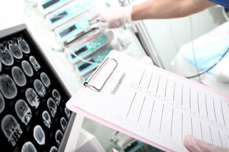 administrador de empresas: Administración del hospital. Farmacéutico controla la inyección de medicamentos.