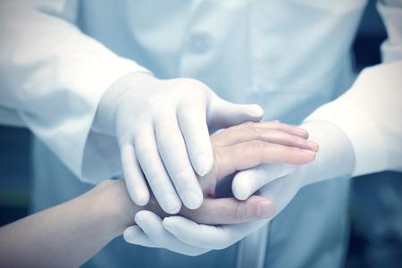 医師と患者の手