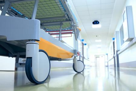 paciente en camilla: Camilla (cama móvil) en un pasillo del hospital esperando el paciente Foto de archivo
