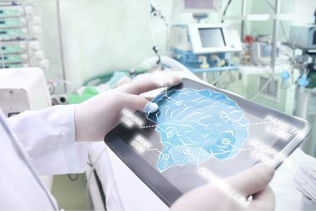 nervios: El doctor examina el cerebro del paciente con la ayuda de la tecnología moderna