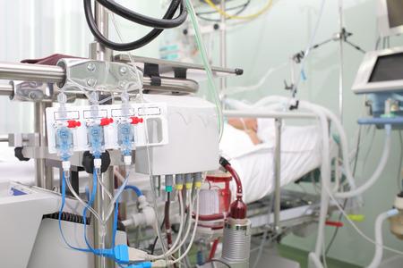 人工血液循環装置と集中治療室における真剣に病気の患者 写真素材