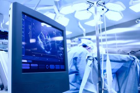 Echographe dans la salle d'opération pendant une intervention chirurgicale