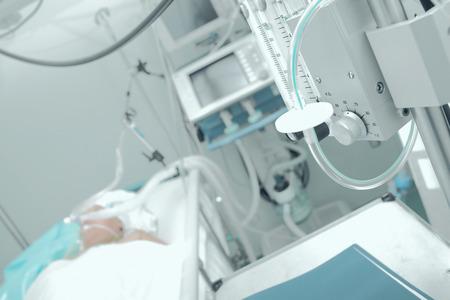 aparato respiratorio: Paciente que recibe ventilaci�n mec�nica en una sala de hospital