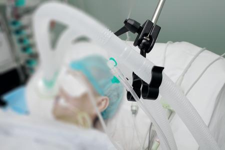 urgencias medicas: Circuito de respiración del paciente en el ventilador en la UCI