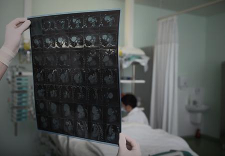 visitador medico: El examen del paciente en la sala de cuidados intensivos Foto de archivo