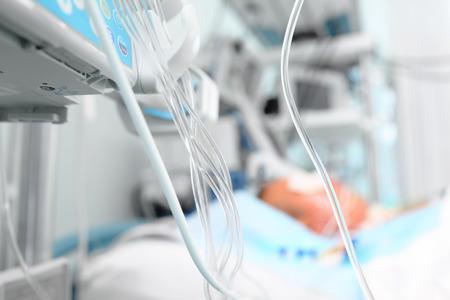 Medicamentos en la UCI. Líneas medicinales junto a la cama del paciente Foto de archivo